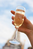 Mariée retenant une glace de champagne Image stock