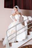 Mariée sérieuse sur l'escalier Images stock