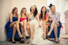 Mariée s'asseyant avec des amies Photos libres de droits