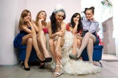 Mariée s'asseyant avec l'amie envieuse Image stock