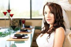 Mariée s'asseyant pour le dîner Photo libre de droits