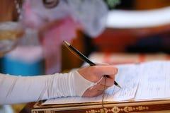 Mariée signant un papier Photo libre de droits