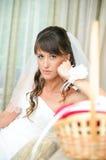 Mariée songeuse regardant l'appareil-photo Images libres de droits