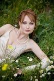 Mariée sur l'herbe photos stock