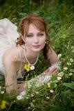 Mariée sur l'herbe photo stock