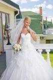 Mariée sur le balcon Photographie stock libre de droits