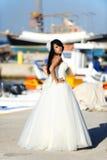 Mariée sur un port dans Santorini, GRÈCE photographie stock libre de droits