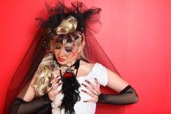 Mariée utilisant les gants nets noirs et le chapeau exceptionnel Images libres de droits