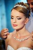 Mariées de colliers de mariage image stock