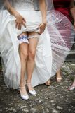 Mariées wedding la jarretière photo libre de droits