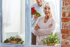 Mari étonnant son épouse Image libre de droits