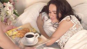 Mari affectueux apportant son joli petit déjeuner d'épouse dans le lit clips vidéos