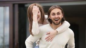Mari affectueux tenant l'épouse le temps libre appréciant arrière dehors clips vidéos