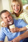 Mari alimentant de femme aîné crême glacée Photo stock