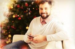Mari aux cheveux foncés gai attendant son épouse pour le dîner de Noël photos libres de droits
