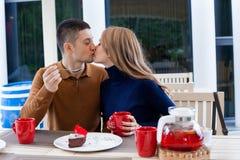 Mari avec l'épouse sur le café et le thé chauds de boissons de vacances Photographie stock libre de droits