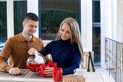 Mari avec l'épouse sur le café et le thé chauds de boissons de vacances Photos libres de droits