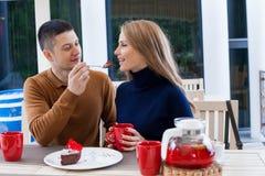 Mari avec l'épouse sur le café et le thé chauds de boissons de vacances Photos stock