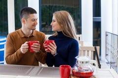 Mari avec l'épouse sur le café et le thé chauds de boissons de vacances Photo libre de droits