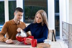 Mari avec l'épouse sur le café et le thé chauds de boissons de vacances Images libres de droits