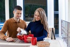 Mari avec l'épouse sur le café et le thé chauds de boissons de vacances Images stock