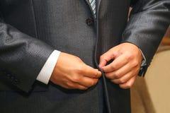 Mari? boutonnant les boutons sur le costume photos libres de droits