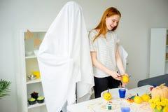 Mari dans un costume de fantôme images libres de droits
