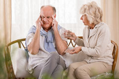 Mari de aide d'épouse avec le mal de tête Images stock