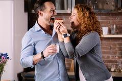 Mari de alimentation d'épouse avec le gâteau Images stock