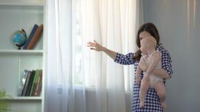Mari de attente affectueux de mère et d'épouse avec le petit bébé dans des bras, famille clips vidéos