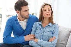 Mari de attente de problèmes de famille de session de psychologie de jeunes couples essayant d'obtenir bien avec l'épouse images stock