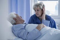 Mari de soutien d'épouse dans l'hôpital Images stock