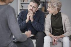Mari de soutien d'épouse dans la thérapie Photos libres de droits