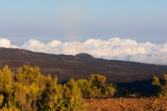 Mari delle nuvole con il landcape del vulcano nella priorit? alta fotografie stock libere da diritti
