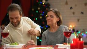Mari donnant le boîte-cadeau étonné de bijoux d'épouse, cadeau de Noël, roman banque de vidéos