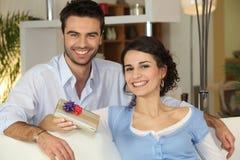 Mari donnant son présent d'épouse Image stock