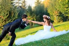 Marié embrassant la jeune mariée Photographie stock