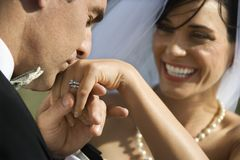Marié embrassant la main de la mariée Images libres de droits