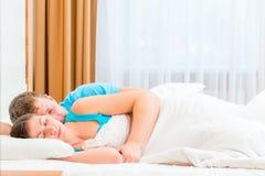Mari embrassant tendrement son épouse aimée Photo stock