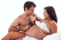 Mari embrassing un ventre enceinte Photographie stock