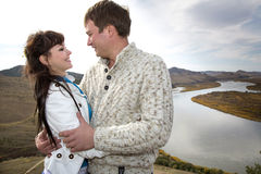 Mari et épouse étreignant sur une montagne Images libres de droits