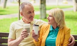 Mari et épouse appréciant la boisson chaude ensemble Image libre de droits