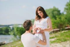 Mari et épouse dans l'attente sur l'accouchement Photo libre de droits