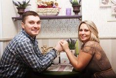 Mari et épouse dans un café Photographie stock libre de droits