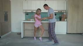 Mari et épouse dansant ensemble à la maison banque de vidéos