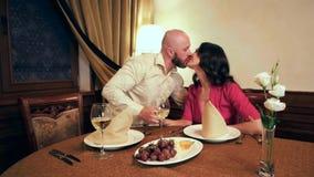 Mari et épouse embrassant, ménage marié dans un restaurant, dîner romantique pour les amants, les jeunes heureux dans un de fête banque de vidéos