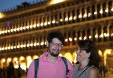 Mari et épouse la nuit devant le P vénitien lumineux Images stock