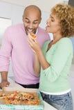 Mari et épouse mangeant de la pizza Photographie stock libre de droits