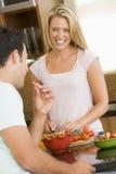 Mari et épouse préparant le dîner Photos stock