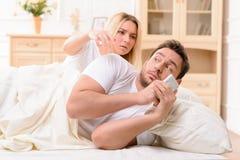 Mari et épouse se situant dans le lit Images libres de droits